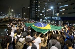Brasil-protestas-bandera-655x436