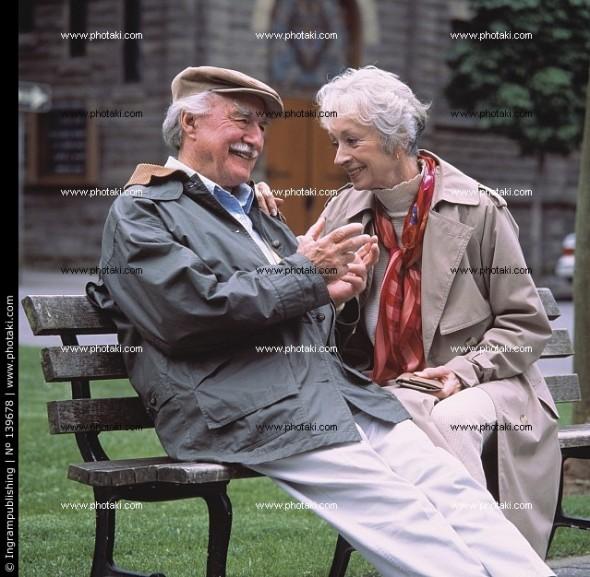 pareja-de-ancianos-sentados-en-el-banco-del-parque-y-sonriente_139678